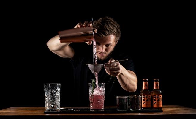Barkeeper Schulung: Cocktail richtig abseihen